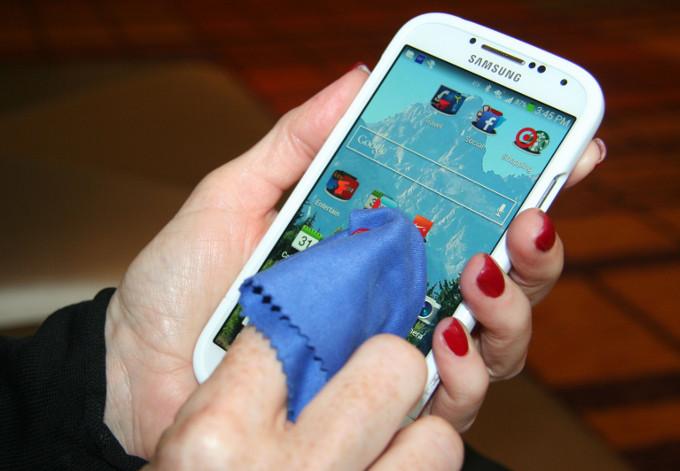¿Cómo limpiar la pantalla del celular sin estropearla?