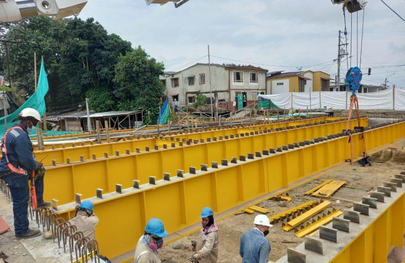 Instaladas losas de concreto en el puente de Los Quindos, que va en 62% de avance