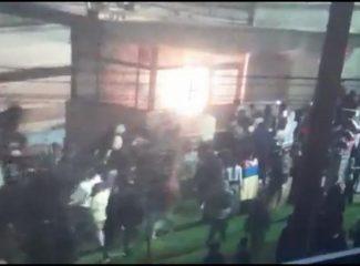 Demencial ataque contra patrullera que huía de CAI incendiado con 15 policías adentro